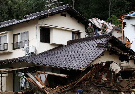 A megrongált épületek miatt százezer embert kellett kitelepíteni. A hatóságok további földcsuszamlásoktól tartanak.