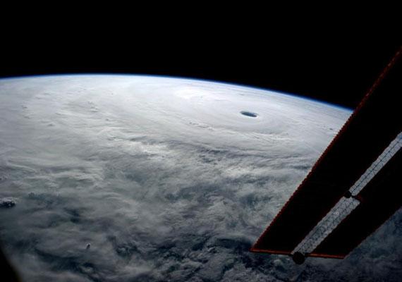 Így fest az űrből a Vongfong. Ezt a lenyűgöző fotót Reid Wiseman asztronauta fotózta és töltötte fel a Twitterre a Nemzetközi Űrállomásról.