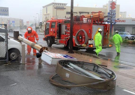 Rengeteg közlekedési problémát okozott a tájfun. Ezt a vastag fémoszlopot is kicsavarta az erős szél.