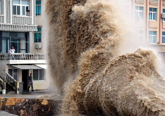 Hatalmas oszlopokban csaptak fel a hullámok a partoknál.