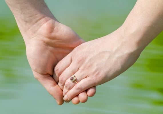 Ha a fiú egyszer csak máshogy kezdi el fogni a kezed, mint addig, az nem túl biztató jel. Általában a befelé forduló tenyér, a laza, csak az ujjak végét érintő kézfogás gyengülő kötelékről árulkodik.