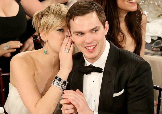 Jennifer július végén szakított a szintén színész Nicholas Houlttal, akivel már évek óta hol szétmentek, hol újra összejöttek. Nick egyébként mostanában az Alkonyatból ismert Kristen Stewarttal mutatkozik sokat.
