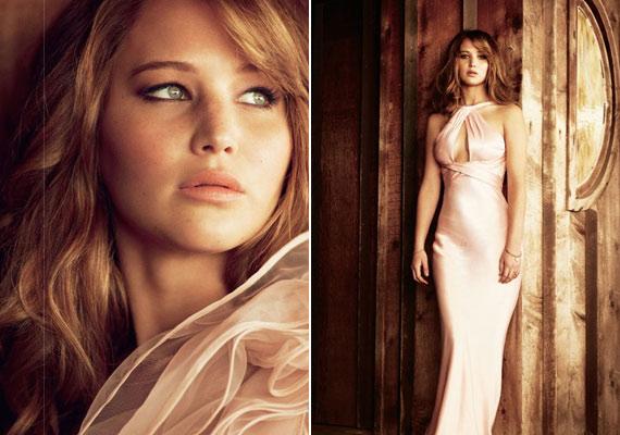 Jennifer földig érő fehér ruhában pózolt, ami kiemelte teltkarcsú alakját.