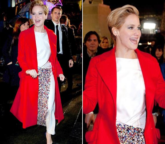 Hétfőn a londoni bemutatóra az esős, hűvös idő miatt egy hosszú, piros kabátban érkezett.