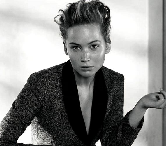 A színésznő arcán nincs smink a fotókon, és a frizurája sem szokványos.