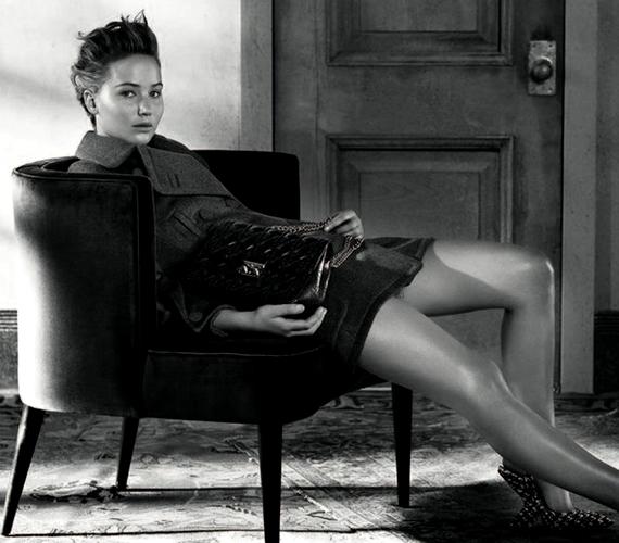 A színésznő azért a lábait is megmutatta.