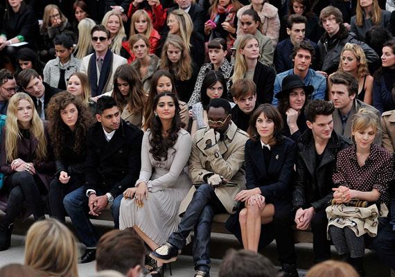 Jeremy az első sorból nézte végig a Burberry divatbemutatóját barátaival.