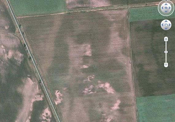 A püspökladányi Google Maps képén még 2010-ben fedezte fel valaki Jézus arcát, és azonnal rögzítette is azt - szerencsére, mert a furcsa képződmény később eltűnt.