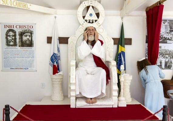 Cristo a pulpituson ülve mond beszédet követőinek minden szombat reggel.