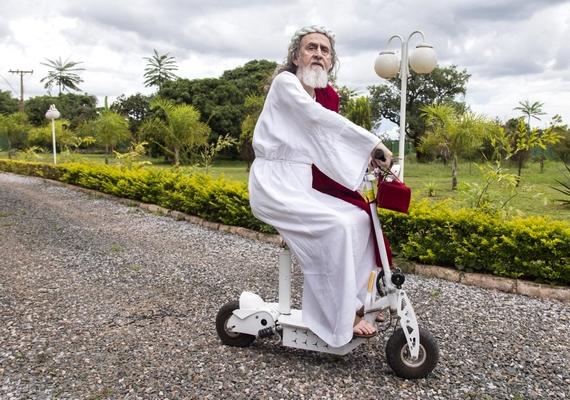 A filozófus motoros rolleren közlekedik - saját bevallása szerint ezért sokszor kinevetik.