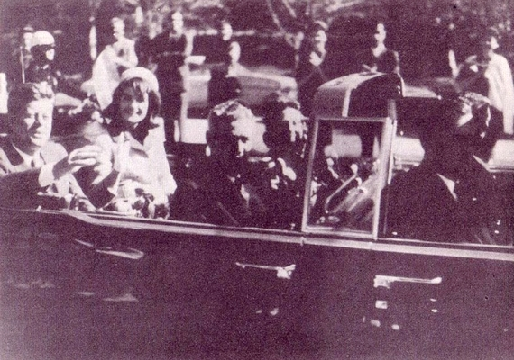 Íme, az utolsó fotó az élő elnökről: a kép a merénylet előtti pillanatokban készült. John F. Kennedy először a hátába, majd a fejébe kapott lövést. A korabeli felvételeken látszik, hogy a második golyó olyan mértékben roncsolta a fejét, ami megkérdőjelezi, hogy valóban a kórházban halt-e meg.