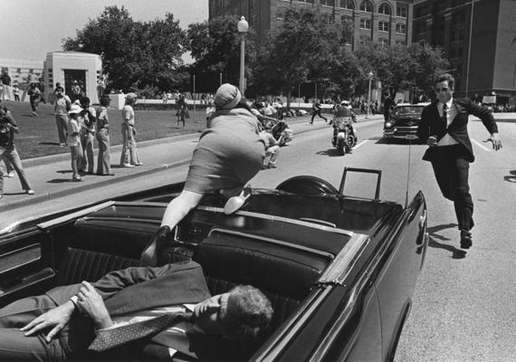 Jackie Kennedy reakciója sokakból ellenérzéseket váltott ki: a first lady másodpercekkel azután, hogy a golyó férje fejébe hatolt, a testét félretolva menekülni próbált az autóból. A testőrök szinte azonnal visszalökték a kocsiba.