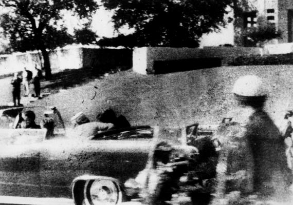 A végzetes fejlövés pillanata után Mary Moorman szemtanú polaroid fényképezőgépével ezt a felvételt készítette.