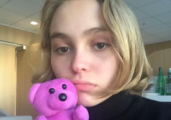 Ha még több fotóra vagy kíváncsi Lily-Rose-ról, látogass el az Instagramjára!