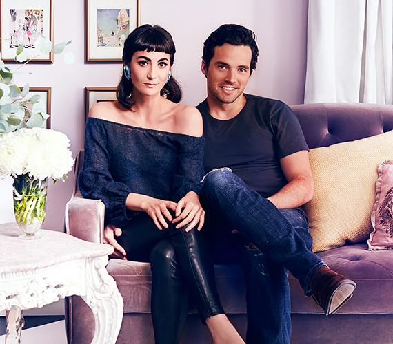 A Pretty Little Liars szépfiújának, Ian Hardingnak a kedvese a hétköznapi külsejű, civil Sophia Hart, akivel a híresség együtt is él: ez a fotó a közös otthonukban készült róluk.