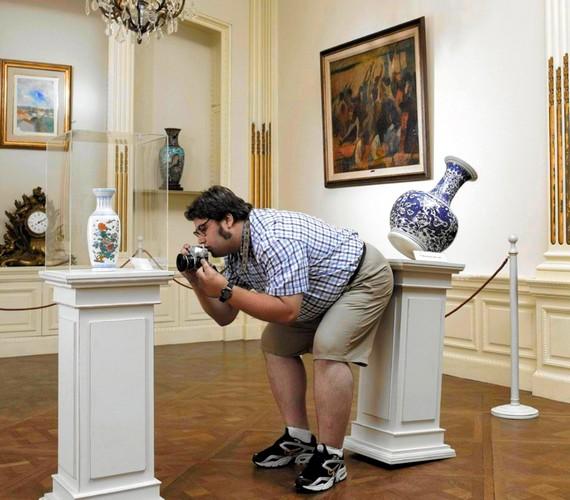 A fotó miatt le sem tagadhatta volna, hogy ő lökte le a vázát.