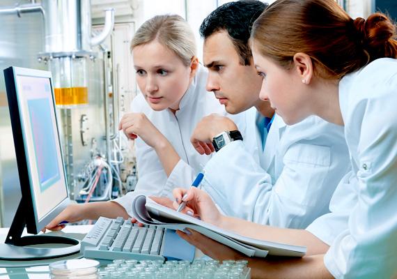 Ugyan nehéz bekerülni, de ha már sikerült jól elhelyezkedned, az élettudományok és az egészségügy területén is megfizetnek.