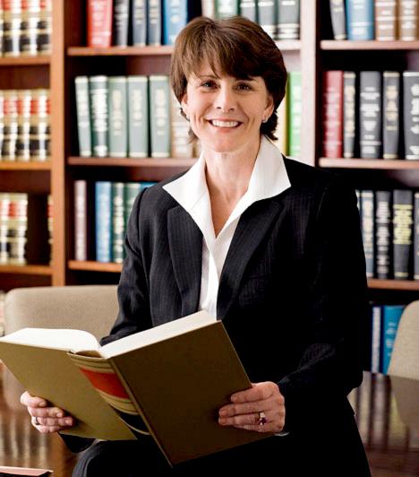 Ügyvéd  Attól függően, hogy milyen ügyekkel, és milyen ügyfélkörrel dolgozik, változhat az ügyvédek pénztárcájának vastagsága. A sztárügyvédek a tengerentúlon körülbelül 130 ezer dollárból gazdálkodhatnak.  Kapcsolódó cikk: Jól fizető, nőknek való szakmák »
