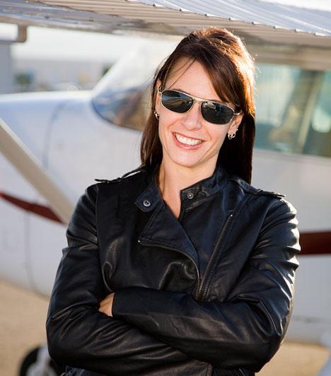 Pilóta  Bár a képzés meglehetősen drága, ha valaki megengedheti magának, és a szükséges kompetenciái is megvannak hozzá, jó befektetés elvégezni a pilóta-iskolát. Mindegy, hogy légitársaságnál dolgozol, vagy magángéped van, a felelősségteljes munka mindenképpen jól jövedelmez. Egy pilóta évente akár 117 ezer dollárt is megkereshet.  Kapcsolódó cikk: Az év legjobb szakmái »