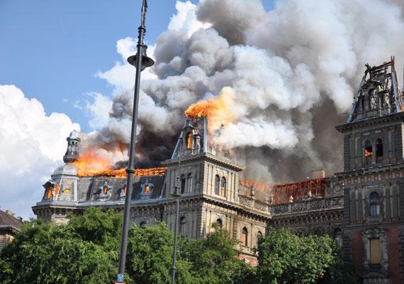 Július 15-én kigyulladt egy, az UNESCO által a világörökség részének tekintett épület Budapesten, és a teljes tetőszerkezete, illetve harmadik emelete leégett. Az épületen hat éve végeztek felújítást, amivel egy addigra felszámolás alá vont céget bízott meg az önkormányzat. A tűz feltehetőleg összefüggésben volt a tetőn folyó munkálatokkal. Az épület életveszélyessé vált, ezért a lakóknak el kellett hagyni azt. A kár több milliárd forintra rúghat.