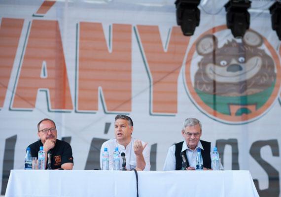 A liberális államszervezési elvekkel történő szakítást hirdette meg Orbán Viktor szokásos tusnádfürdői beszédében, mely alighanem élete egyik legismertebbikévé válik. A kormányfő itt beszélt először illiberális államról, és jó példaként említette Szingapúrt, Kínát és Oroszországot is. A kormányfő kikelt beszédében a magyarországi civil szervezetek ellen, mondván, azok pénzért szolgálnak külföldi érdekeket. Ennek a beszédben komoly visszhangja volt, máig idézik a miniszterelnök akkor elmondott szavait.
