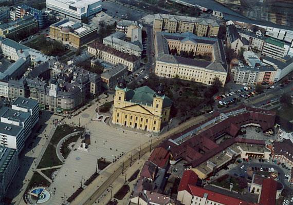 Júniusban merült fel az ötlet, hogy idővel több minisztériumot is vidéki városokba helyeznének. A kormányzat Debrecent, Kecskemétet és Székesfehérvárt szemelte ki egy-egy tárca fogadására. Fehérvár a honvédelmi, Debrecen a földművelésügyi, Kecskemét pedig a vidékfejlesztési minisztériumot kapja 2016-tól. Egyes tárcák vidékre utaztatását már évekkel ezelőtt is felvetette Kósa Lajos, de csak az újabb kétharmados Fidesz-siker után kezdett komolyan foglalkozni vele a kormány. A hivatalos indoklás szerint a Budapest-központúságot kívánja mérsékelni a kormány ezzel a lépéssel.