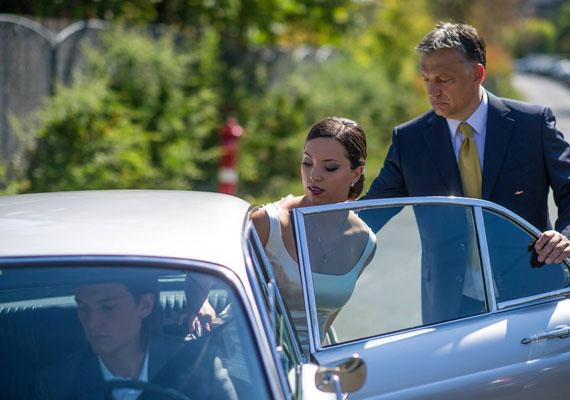Orbán Viktor lányának esküvőjén a Hír24.hu információ szerint a menyasszony telefonját lopták el ismeretlenek. A lopás ténye már korábban is ismert volt, hiszen a rendőrség két mobiltelefon értékéhez képest szokatlanul nagy erőkkel kezdett nyomozni, például minden, a lagzin dolgozó személyzeti tagtól DNS-mintát vettek, ami rengeteg pénzbe került. Az eljárás után a lakodalmon dolgozó egyik pincér fordult a nyilvánossághoz, így tudódott ki az eset.