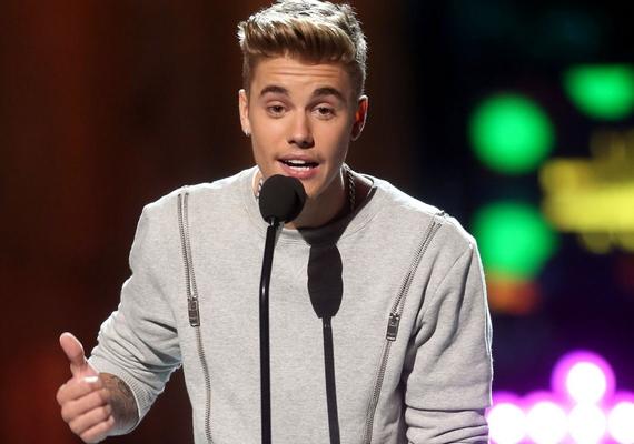 Szerencsére azért jó híreket is kapott Justin Bieber, ugyanis kiderült, több évi könyörgés után végre neki is szentelnek egy adást a Comedy Central műsorában, amelynek lényege, hogy híres komikusok égetnek egy sztárt annak jelenlétében, ország-világ előtt. A roast március 7-én kerül adásba az amerikai csatornán.