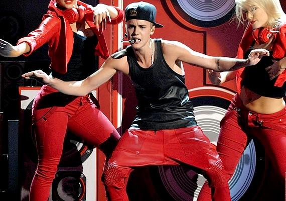 A piros háremnadrág önmagában is a Justin által elkövetett legnagyobb divatbakik közé tartozik, de a sapka még ront is a helyzeten.