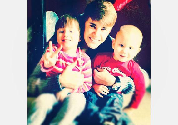 A gyerkőcök imádják Justint, és amikor velük lehet, minden percben a nyakában lógnak.
