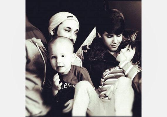 Justin láthatóan teljesen odáig van a kishúgáért - kíváncsiak vagyunk, mi lesz, ha felnő, és megjelennek a pasik!