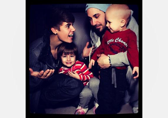 Justin bármikor kapható egy kis mókára, ha azzal mosolyt csal a kisöccse arcára.