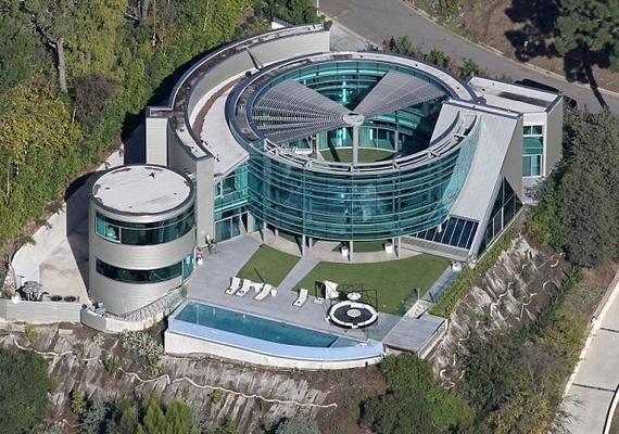Ez Justin Bieber korábbi otthona, egy hatalmas üvegpalota.