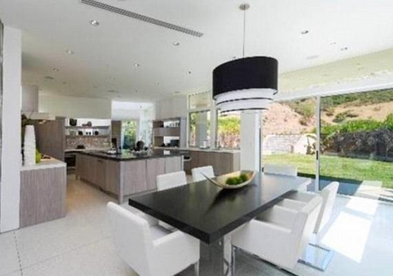 A konyhát és az étkezőt minimalista stílusban rendezték be.