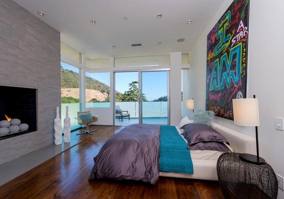 A hálószobák egy részéhez kandalló is tartozik.