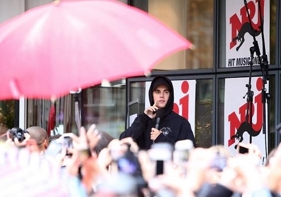 """A koncerten az eső ellenére is nagy tömeg gyűlt össze, amit Bieber úgy honorált, hogy kiírta a Twitterre: """"Imádom Párizst!"""""""