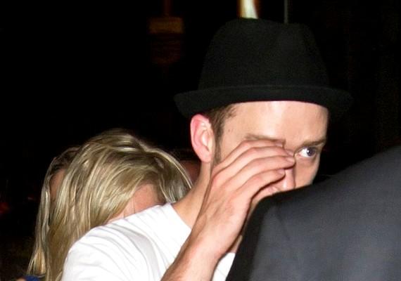 Justin szégyellősen eltakarta az arcát, mikor észrevette a fotósokat.