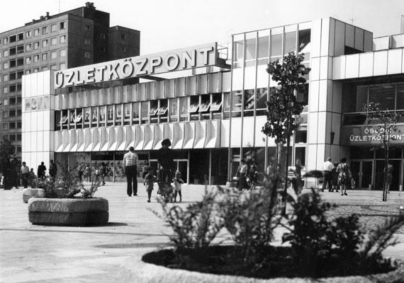 """Óbudán már 1976-ban volt """"pláza"""". A Flórián ugyanis ekkor nyílt meg a Flórián téren, és nemcsak olyan közismert márkák boltjai voltak megtalálhatóak benne, mint a Röltex, a Vasedény vagy a Csemege, de az akkor még egyáltalán nem általános légkondicionáló is."""