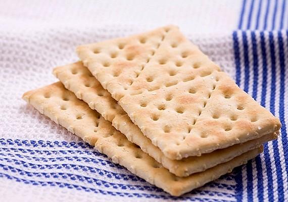 Az édes vagy sós keksz is remek harapnivaló, csak figyelj, hogy teljes kiőrlésűt válassz.
