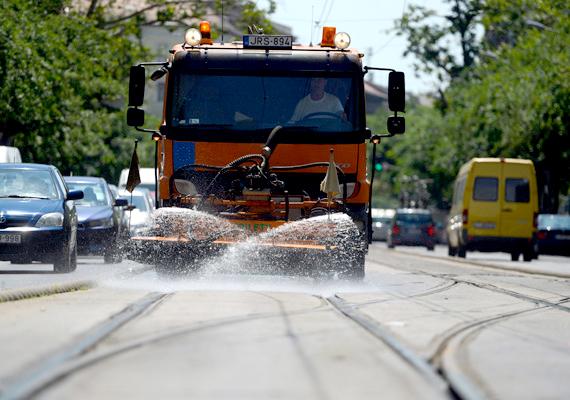 Locsolóautó hűti a villamossíneket. Magyarországon megdőlt a legmagasabb napi minimum hőmérséklet.