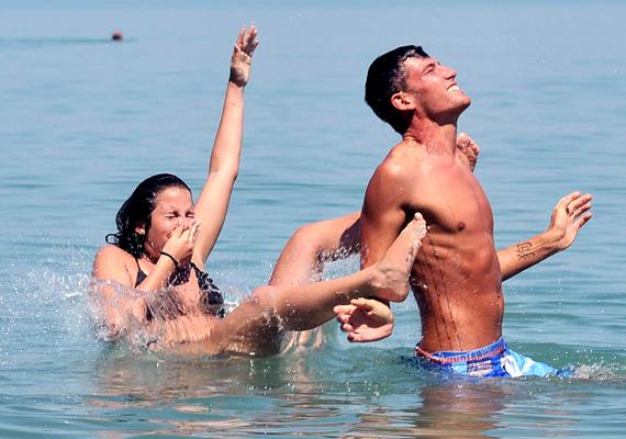 A fullasztó meleget, aki teheti, a vízparton vészeli túl. Idén is népszerű célpont a Balaton.