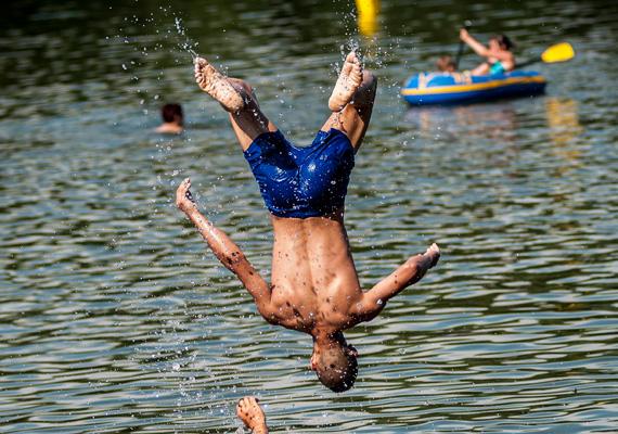 Fürdőzés a Tisza-tónál, a tiszafüredi szabadstrandon. Nap közben 35 fok uralkodott.