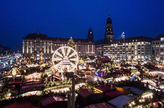 Hatalmas fényárban fürdik karácsony előtt a németországi Drezda, ahol a környék legrégebbi ünnepi vásárát rendezik meg évről évre. A több utcán keresztülhaladó forgatag neve Striezelmarkt, és nagysága ellenére a németeken kívül csak kevesen ismerik.