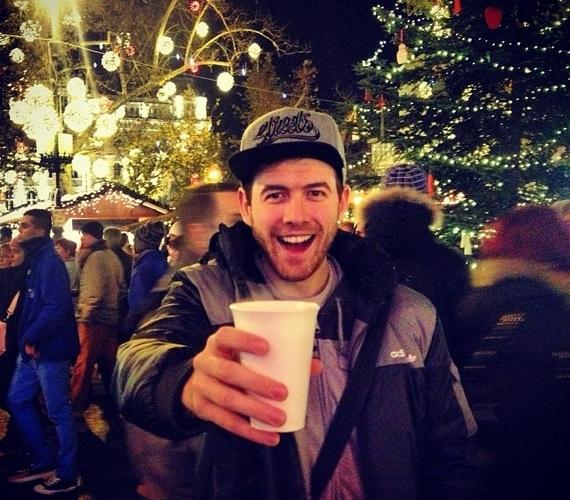 Fluor Tomi forraltborozással várja a karácsonyt. A 26 éves előadó ellátogatott a budapesti karácsonyi vásárra.