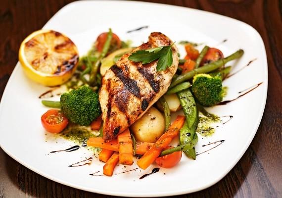 Ha nem elégszel meg a grillzöldségekkel, dobhatsz rájuk egy kis csirkemellfilét is, mert ez is a diétás ételek közé tartozik.