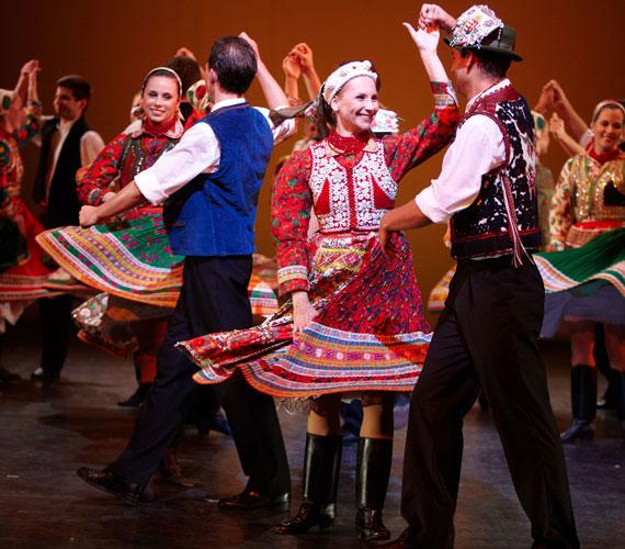 Csárdás! - A Kelet Tangója2014. július 29., kedd, 20.30A Honvéd Táncszínház produkciója egy szerelmi háromszög történetét dolgozza fel a néptánc és a népzene nyelvén, felhőtlen és könnyű szórakozást ígérve az érdeklődőknek.Az Észak-Amerikában már több sikeres turnét megért táncszínházi előadáson a nézők - miközben végigkövetik a főszereplő szerelmespár konfliktusát, illetve egymásra találását -, gyönyörködhetnek a Kárpát-medence táncainak szépségében, virtuozitásában, zenei világának sokszínűségében és gazdagságában.Az előadás után táncházzal várja a közönséget a társulat.Fotó: Dusa Gábor