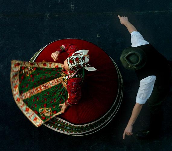 Élő Martin Archívum - KalotaszegHonvéd Táncszínház2014. augusztus 5., kedd, 20.30Élő Martin Archívum sorozat első darabjai követik a fáradhatatlan néprajzkutató, Martin György (1932-1983) táncfilmezéseinek útvonalát, tisztelegve a nagyszerű tudós életműve előtt. Ő és munkatársai nagy horderejű táncgyűjtéseket szerveztek Magyarországon és Erdélyben. Az előadással a táncosok köszönetüket fejezik ki a mondani, a bonchidai és a türei hangosfilm készítőinek és szereplőinek - azoknak a magyar, román és cigány táncosoknak és zenészeknek, akik megőrizték és továbbadták e csodálatos tánc- és zenekultúrát.Az előadás után táncházat is szerveznek!
