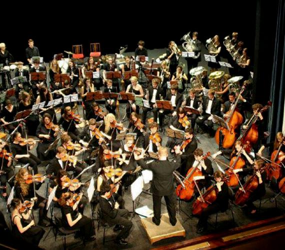 Berkshire Ifjúsági Szimfonikus Zenekar: a zenekart az angliai Berkshire megye legkiválóbb és legtehetségesebb fiatal zenészei alkotják.