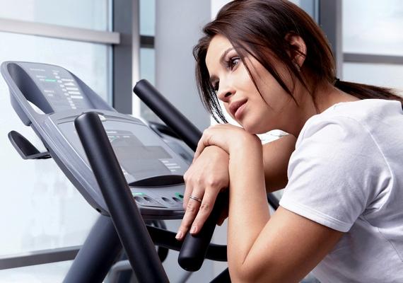 Egyértelmű jelzés, ha edzés közben vagy után fizikailag rosszul érzed magad. A szédelgés, a hosszan tartó nehézlégzés és a hányinger mind arra utalnak, hogy valamit rosszul csinálsz. Próbáld meg csökkenteni a terhelést, vagy mozgásformát váltani, és nem árt egy alapos kivizsgálás sem.