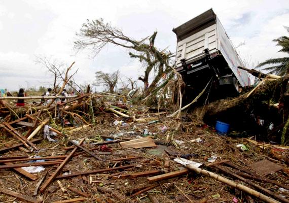 2013 novemberében hatalmas vihar pusztított a Fülöp-szigeteken. A Haiyan tájfun lerombolt egy várost, egy másiknak pedig 80%-a víz alá került. A legnagyobb katasztrófa Talcoban városát sújtotta.